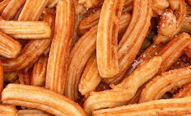 Churros are typically filled with dulce de leche, cajeta or chocolate / Photo: Wikimedia Commons